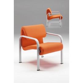 Poltrona 440 con braccioli in metallo con sedile e schienale imbottiti